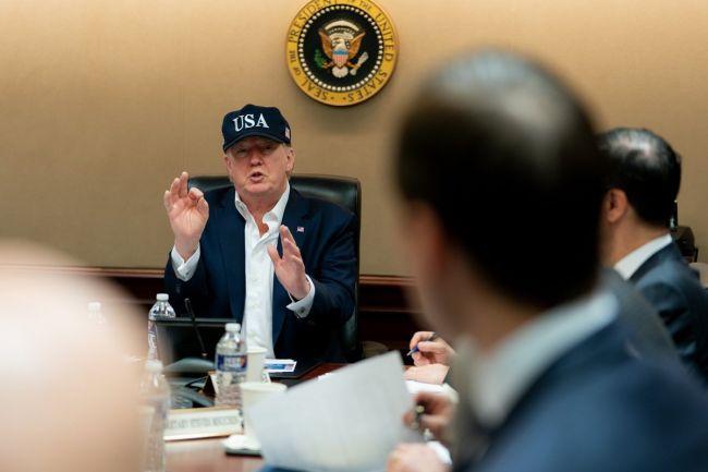 Photo of Трамп спешит на помощь: Вашингтон купит у сланцевиков 80 млн баррелей нефти